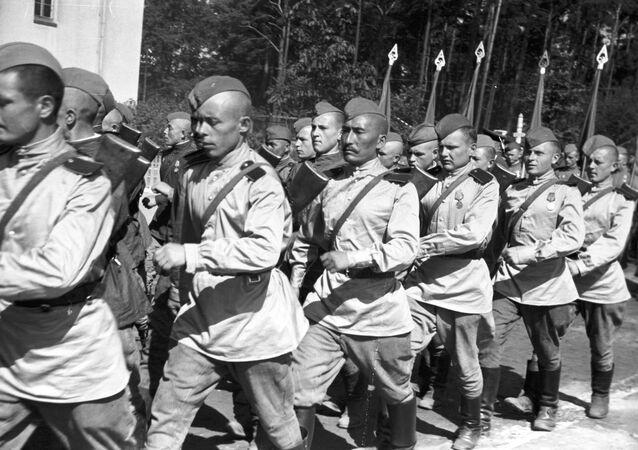 Los tanquistas soviéticos en un desfile en Berlín