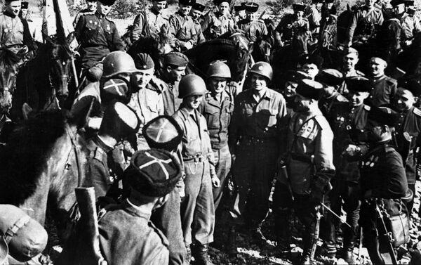 Encuentro entre soldados estadounidenses y soviéticos en el río Elba - Sputnik Mundo