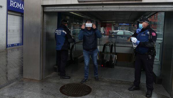 Un ciudadano en Madrid tras la finalización del permiso retribuido recuperable - Sputnik Mundo