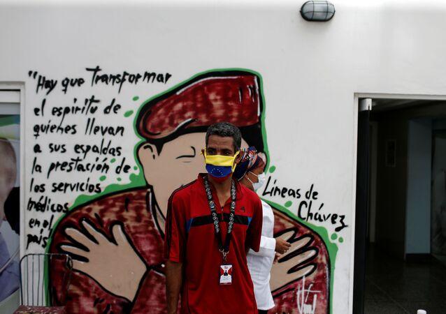 Un hombre con mascarilla en Caracas, Venezuela