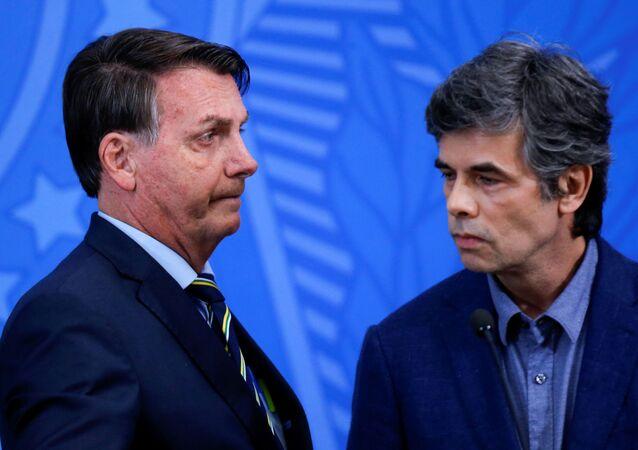 El presidente de Brasil, Jair Bolsonaro, junto al nuevo ministro de Salud, Nelson Teich