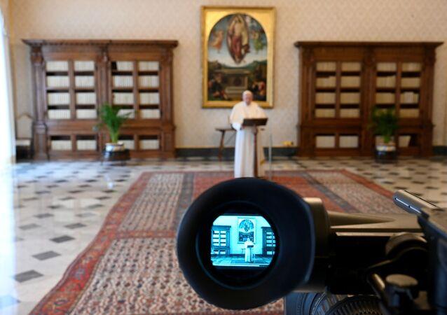 El papa Francisco orando a la cámara