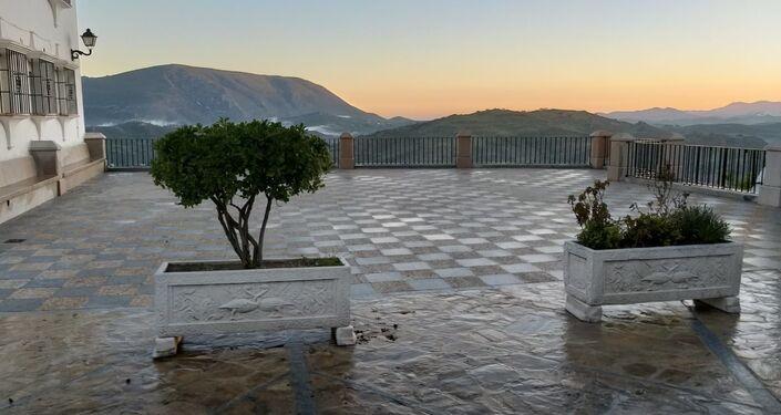 Plaza de Zahara de la Sierra tras las tareas de desinfección