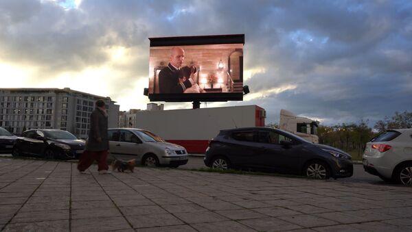 Cine de balcón: megapantallas ambulantes para el Madrid confinado - Sputnik Mundo
