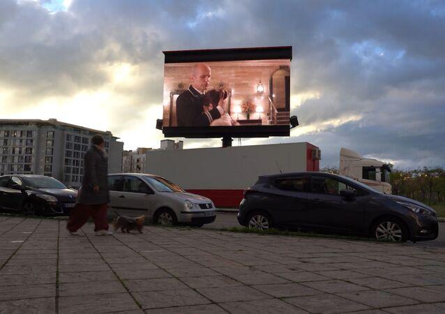Cine de balcón: megapantallas ambulantes para el Madrid confinado