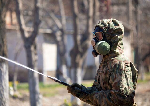 Un militar ruso lleva la desinfectación (imagen referencial)