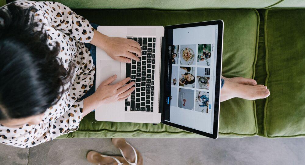 Una persona con portátil (imagen referencial)