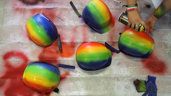 Cascos pintados de colores del arcoíris - Sputnik Mundo