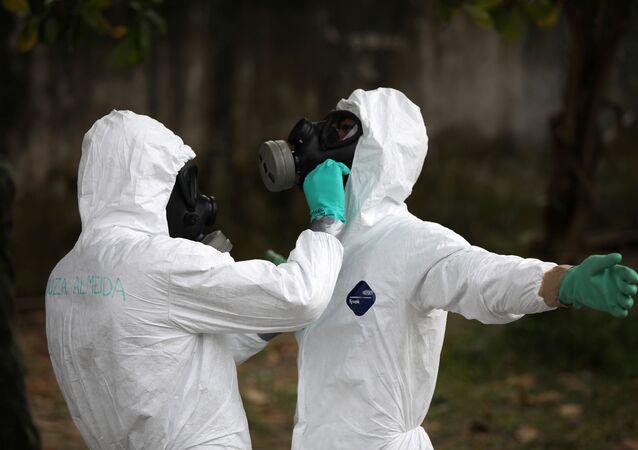 Militares brasileños en trajes protectores durante la pandemia de coronavirus (imagen referencial)