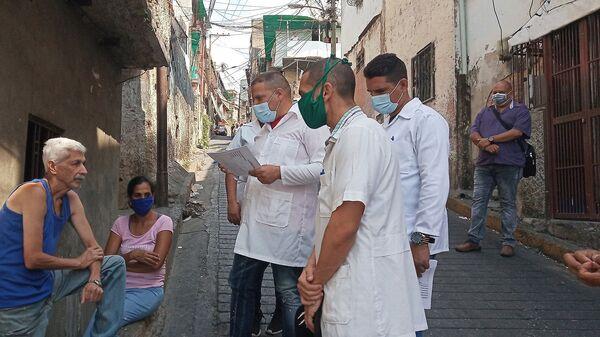 Recorrido de los médicos cubanos del CDI cementerio de Petare durante el casa a casa - Sputnik Mundo