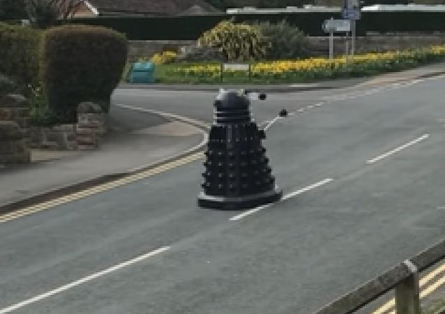 Un mítico robot patrulla las calles de una localidad británica para garantizar la cuarentena