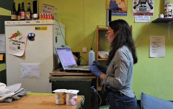 Itahisa Borges, voluntaria de La Brecha, comprueba las entregas de comida.  - Sputnik Mundo