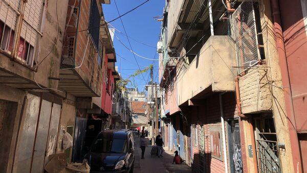 Alrededor de 60.000 personas viven en este barrio en construcciones precarias - Sputnik Mundo