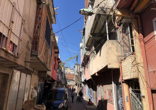 Alrededor de 60.000 personas viven en este barrio en construcciones precarias