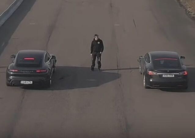 Carrera entre un Porsche Taycan y Tesla Model S