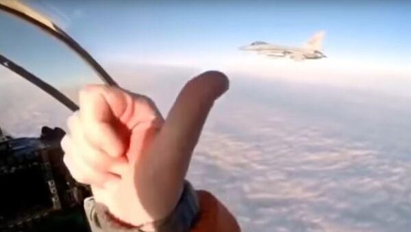 El piloto ruso se acerca a un caza F-16 de la OTAN - Sputnik Mundo