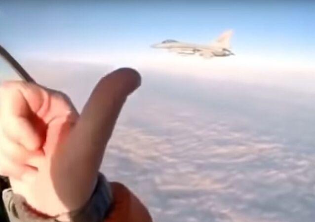 El piloto ruso se acerca a un caza F-16 de la OTAN