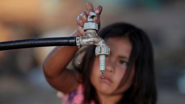 Una niña en busca de agua potable (imagen referencial) - Sputnik Mundo