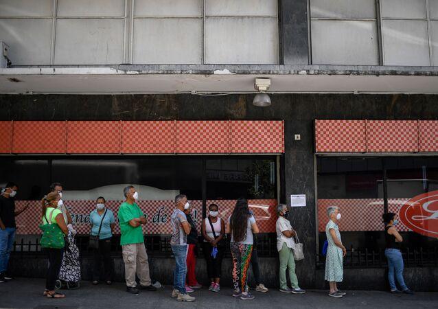 Los venezolanos hacen cola
