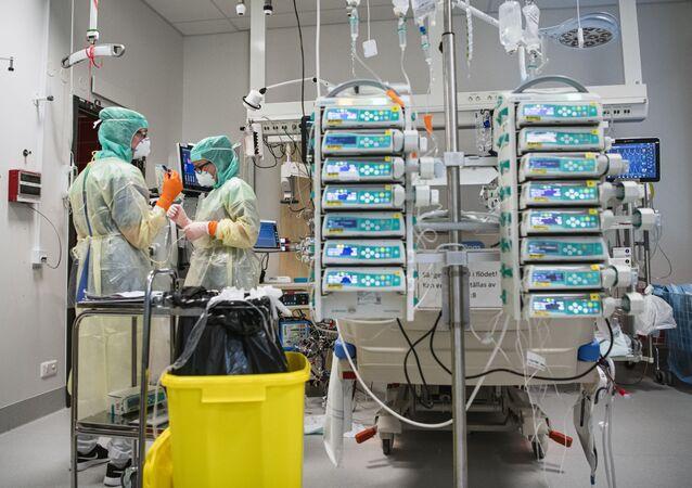 Dos sanitarias con una máquina de ECMO en el Hospital Karolinska de Estocolmo (Suecia)