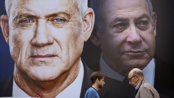 Un cartel del líder de Azul y Blanco, Benny Gantz, y el líder de Likud, primer ministro israelí, Benjamín Netanyahu - Sputnik Mundo