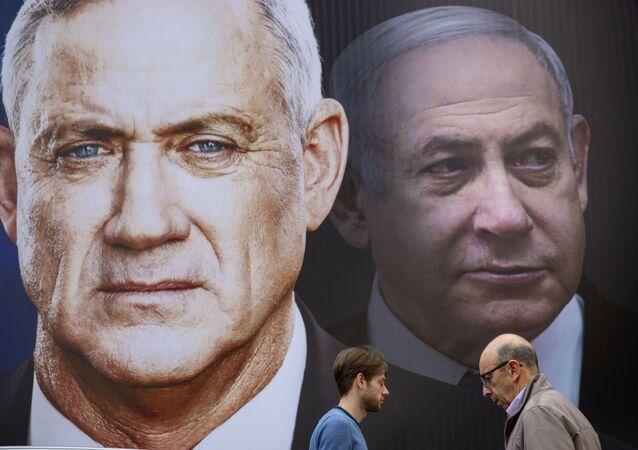 Un cartel del líder de Azul y Blanco, Benny Gantz, y el líder de Likud, primer ministro israelí, Benjamín Netanyahu