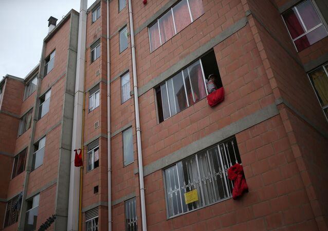 Trapos rojos colgando en casas de la localidad de Soacha, Colombia, durante el brote de coronavirus