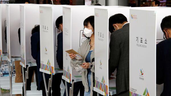 Ciudadanos surcoreanos votan en las elecciones parlamentarias de 2020 - Sputnik Mundo