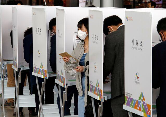 Ciudadanos surcoreanos votan en las elecciones parlamentarias de 2020