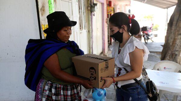 La caja con con la imagen de Joaquín El Chapo Guzmán Loera - Sputnik Mundo