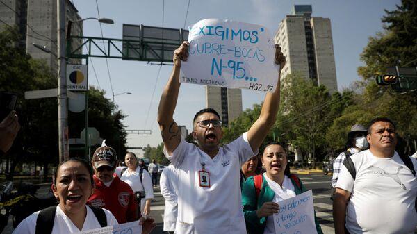 Trabajadores médicos del Instituto Mexicano del Seguro Social (IMSS) protestan para exigir un mejor equipo de protección para tratar a los pacientes con COVID-19, Ciudad de México - Sputnik Mundo