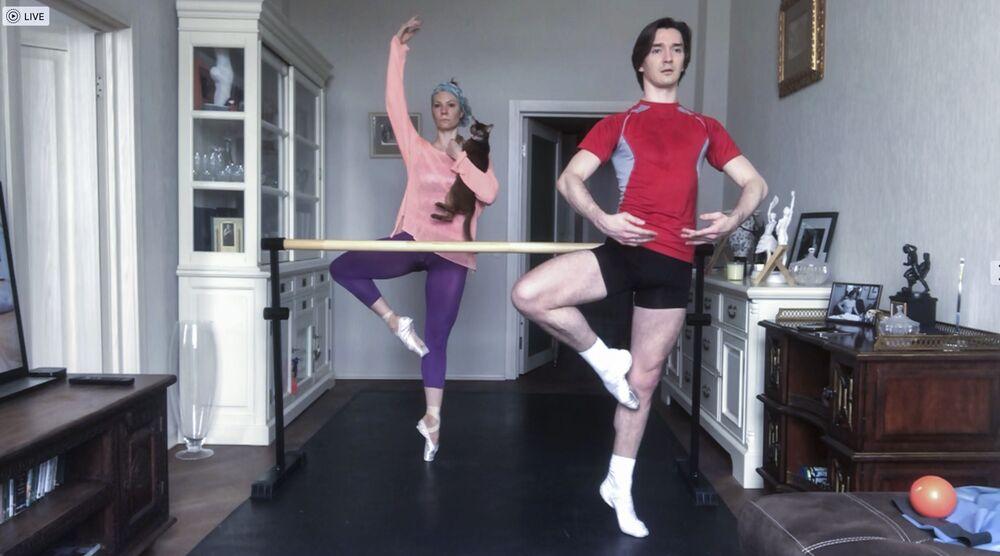 Dos bailarines del Teatro Bolshói se entrenan en casa durante la autoaislación