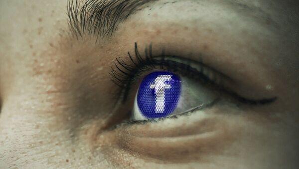 Ojos de una usuaria mirando Facebook - Sputnik Mundo
