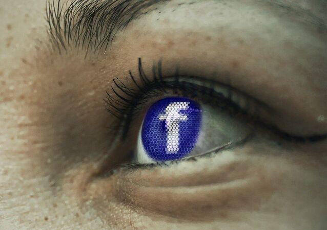 Ojos de una usuario mirando Facebook