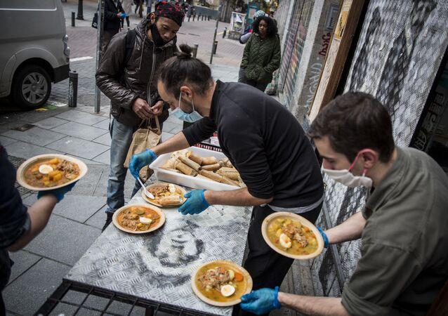 Vecinos de Malasaña reparten comida gratis del restaurante Casa28