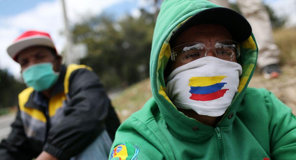 Dos hombres con mascarilla en Bogotá, Colombia