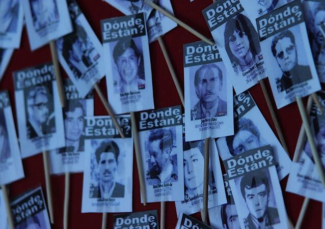 Carteles con fotos de detenidos desaparecidos