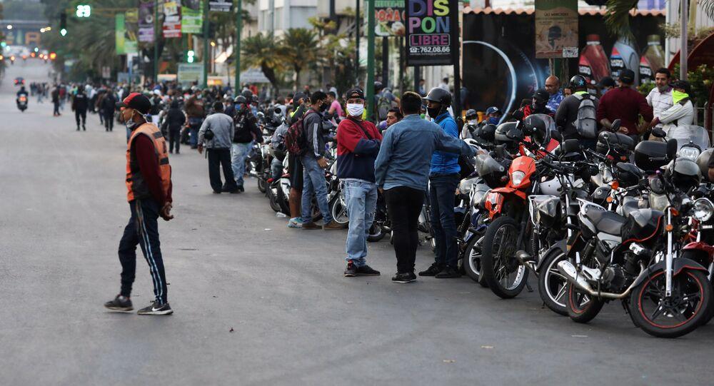 Venezolanos hacen cola para comprar la gasolina