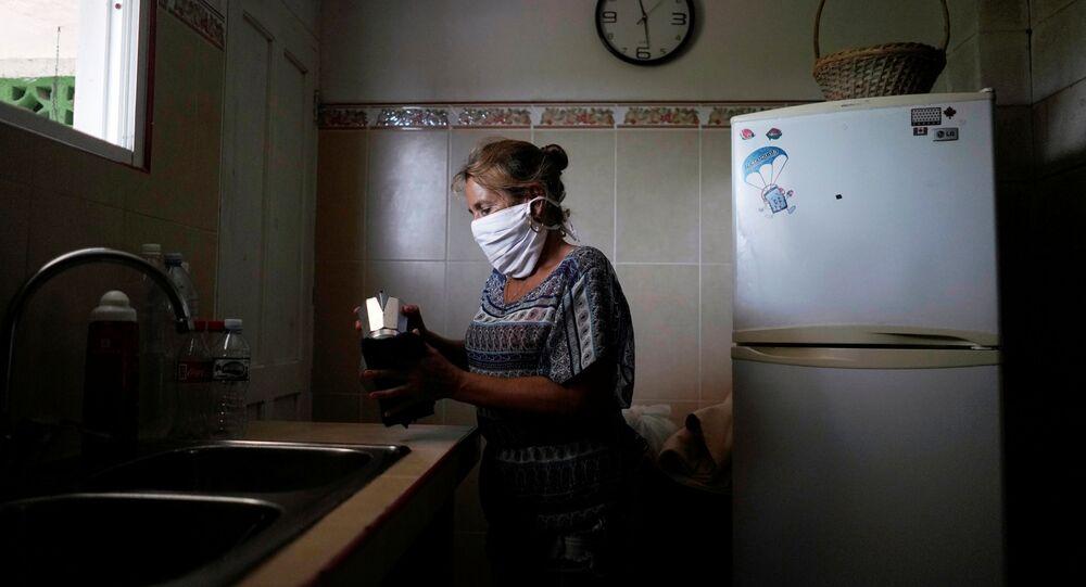 Una cubana con mascarilla durante el brote del coronavirus