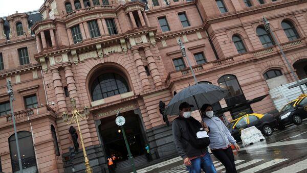 Personas en mascarillas en Buenos Aires - Sputnik Mundo