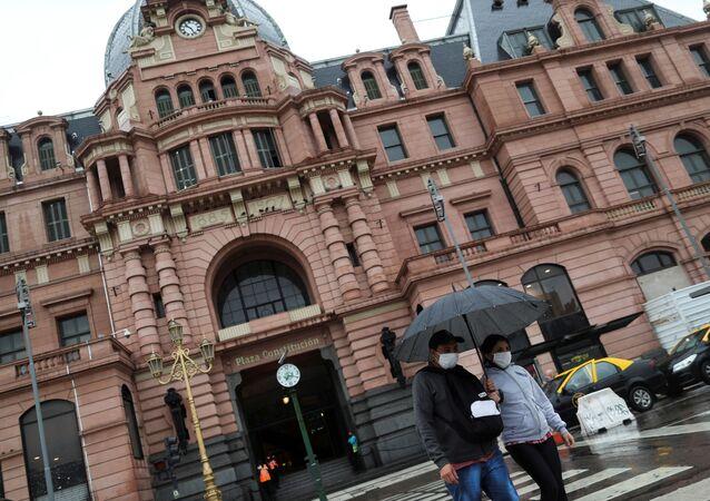 Personas en mascarillas en Buenos Aires