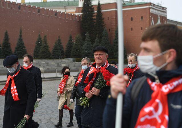 Guennadi Ziugánov, líder del Partido Comunista de Rusia (KPRF) junto con los miembros del partido en la Plaza Roja cerca del Mausoleo de Lenin en Moscú, Rusia