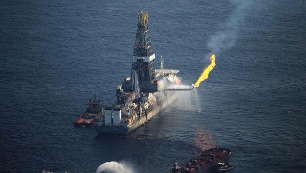 El incendio de la plataforma Deepwater Horizon de British Petroleum en el Golfo de México - Sputnik Mundo
