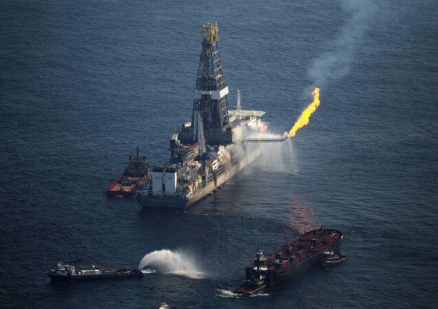 El incendio de la plataforma Deepwater Horizon de British Petroleum en el Golfo de México