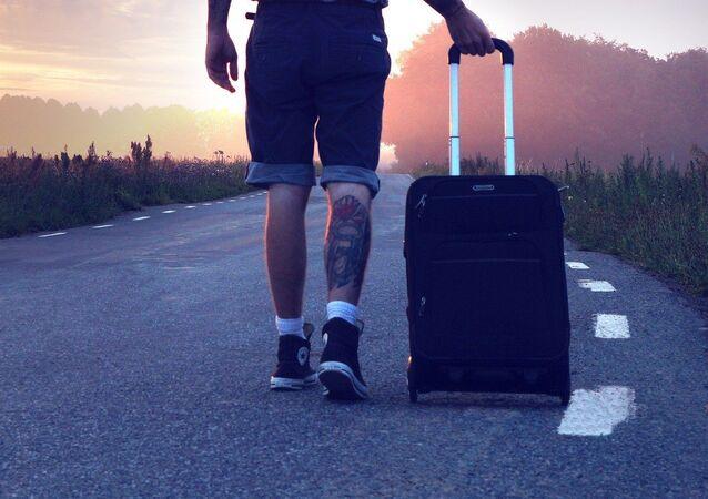 Un hombre con una maleta