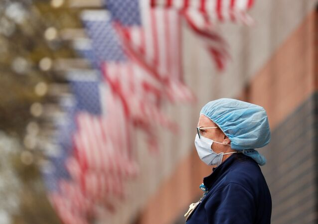 Una mujer cerca de las banderas de EEUU