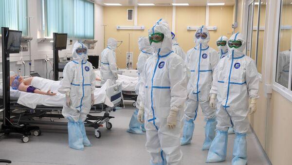 Médicos durante la inauguración del hospital de infectología en Moscú - Sputnik Mundo