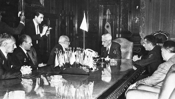 Agostino Rocca y colaboradores de Techint, reunidos con el presidente de Argentina, Arturo Umberto Illia en la Casa Rosada (1966) - Sputnik Mundo