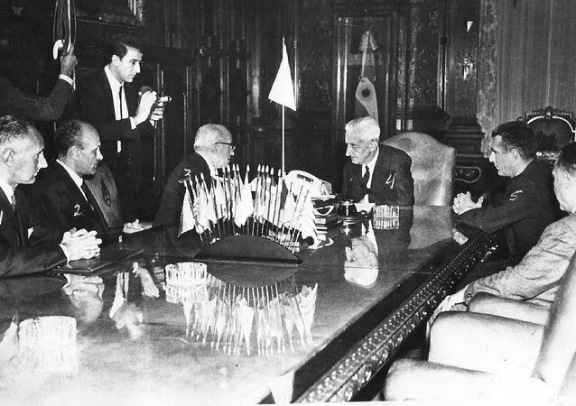 Agostino Rocca y colaboradores de Techint, reunidos con el presidente de Argentina, Arturo Umberto Illia en la Casa Rosada (1966)