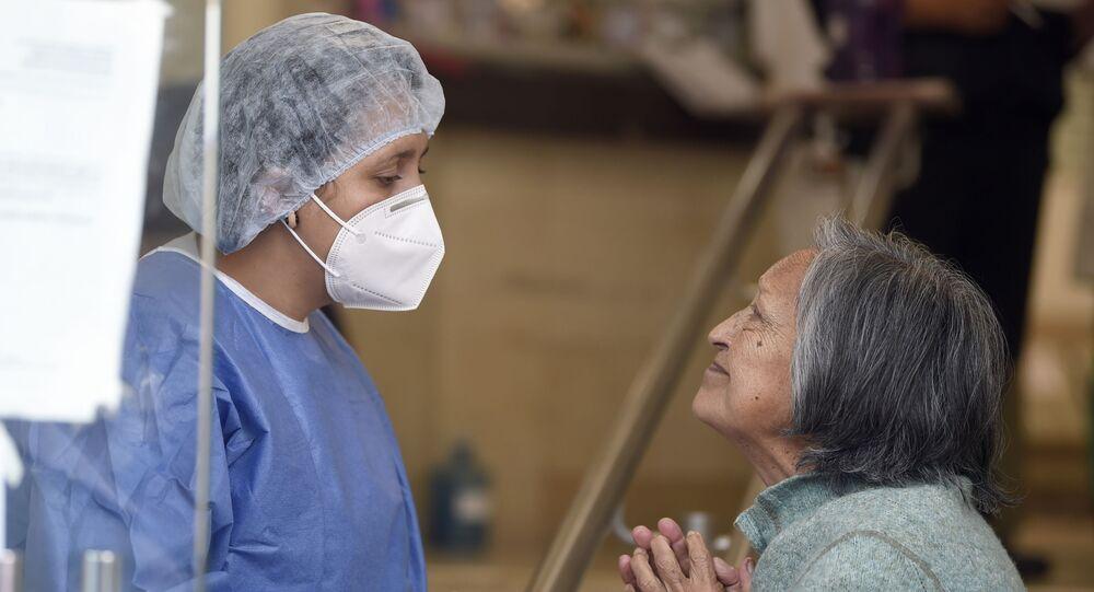 Una enfermera mexicana junto a una paciente en Ciudad de México